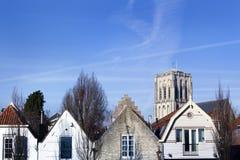 Kirche und Häuser in Brielle in den Niederlanden stockbild