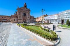 Kirche und Hauptplatz in Novellara, Italien Lizenzfreie Stockfotografie