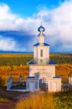Kirche und Herbst-Landschaft Lizenzfreie Stockfotografie