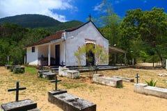 Kirche und Kirchhof auf Insel Ilha groß, Brasilien lizenzfreie stockfotos