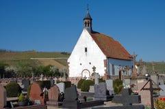 Kirche und Kirchhof in Frankreich Lizenzfreies Stockbild