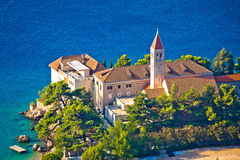 Kirche und Kloster Bol auf Brac-Küste Stockfoto