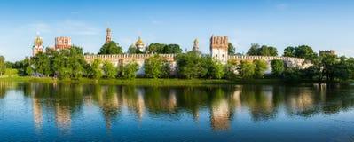 Kirche und Kloster im Wald mit See im Sonnenscheinpanorama Lizenzfreies Stockbild