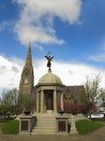 Kirche und Kriegdenkmal Lizenzfreie Stockfotografie