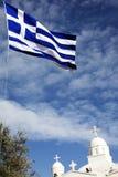 Kirche und Markierungsfahne von Griechenland Stockbild