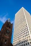 Kirche und modernes Gebäude Lizenzfreie Stockbilder