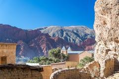 Kirche und rote Hügel Lizenzfreie Stockbilder