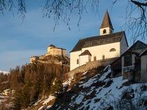 Kirche und Schloss Tarasp in den Schweizer Alpen Lizenzfreie Stockfotografie