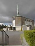 Kirche und Steeple mit Kreuz Lizenzfreies Stockbild