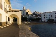 Kirche und Straßen in einer Sommerstadt der Costa Brava Lizenzfreie Stockfotos