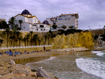 Kirche und Strand in Benidorm Spanien Stockbild