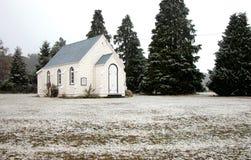Kirche und Tannenbäume im Schnee Lizenzfreie Stockbilder