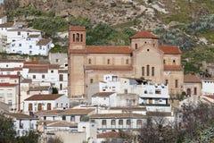 Kirche und weißes Dorf in Andalusien Lizenzfreie Stockbilder