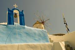 Kirche und Windmühle Stockfoto