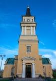 Kirche unter blauem Himmel in Finnland Stockfotografie