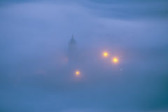 Kirche unter Nebel nachts in Aramaio Lizenzfreie Stockbilder