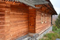 Kirche von Heilig-Anna--Rohiakloster, aufgestellt in einem natürlichen und lokalisierten Platz, in Maramures, Siebenbürgen Stockfotos