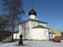 Kirche von Nicholas auf einer Steinwand, Stadt Russlands, Pskov Der Tempel wurde mit dem Kalkstein und Kalkmörtel errichtet, verg Lizenzfreie Stockfotos
