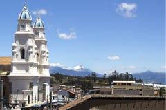 Kirche von Quinche in Ecuador mit Ansicht des Cotopaxi-Vulkans stockfotos