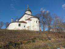 Kirche von St Clement, Russland, Pskov Stadt Der Tempel wurde mit Kalkstein und Kalkmörtel errichtet, vergipst und rehabilitiert Lizenzfreie Stockfotos