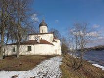 Kirche von St Clement, Russland, Pskov Stadt Der Tempel wurde mit Kalkstein und Kalkmörtel errichtet, vergipst und rehabilitiert Stockfotografie