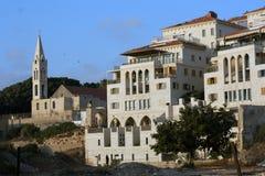 Kirche von St George in altem Jaffa und im neuen Wohngebäudebereich Stockbild