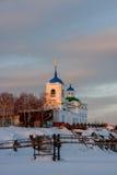 Kirche von St George bei Sonnenuntergang im Dorf lizenzfreie stockfotografie