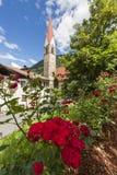 Kirche von St. Pankraz hinter Rosen Lizenzfreie Stockbilder