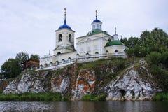 Kirche von Str. George auf einem Felsen auf dem Fluss stockfotos