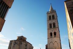 Kirche von Str Glockenturm-Kathedrale Zadar Kroatien lizenzfreie stockbilder