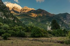 Kirche von Theth, Nord-Albanien lizenzfreie stockbilder