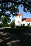Kirche, Weiß und Friedhof Lizenzfreies Stockbild