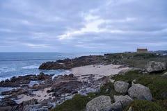 Kirche, welche die Bucht und das Meer übersieht stockfotografie
