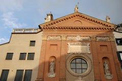 Kirche zwischen zwei Gebäuden in den Marktplatz dei Signori in Padua im Venetien (Italien) Lizenzfreies Stockfoto