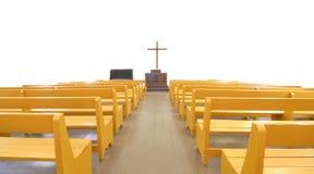 Kirchebänke vor Kreuz und Altar Stockfotografie