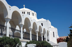 Kirchebögen auf Santorini Stockfoto