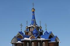 Kirchehauben mit Kreuzen bügel stockfotografie