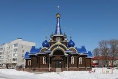 Kirchehauben mit Kreuzen bügel Gegen den blauen Himmel im wint lizenzfreie stockbilder
