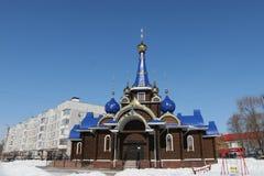 Kirchehauben mit Kreuzen bügel Gegen den blauen Himmel im Winter stockfotos
