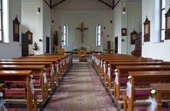 Kircheinnenraum bereitete sich für Hochzeit vor lizenzfreie stockfotos