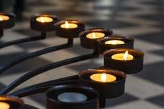 Kirchen-Gebet leuchtet Metallrahmen-Nahaufnahme-Perspektiven-Beschaffenheit bezüglich durch lizenzfreies stockbild