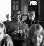 Kirchen-Leute glauben dem religiösen Glauben stockfotografie