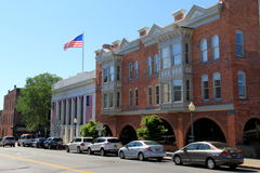 Kirchen-Straße, mit Autos richtete nahe Geschäftsgebäuden, Saratoga Springs, NY, 2016 aus Stockfotos