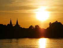 Kirchenabendufergegend-Flussseite der Mekong Stockfotografie