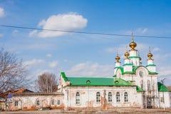 Kirchenannahme auf dem Hintergrund des blauen Himmels lizenzfreie stockfotos