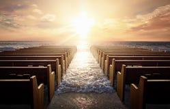 Kirchenbänke bei Sonnenaufgang Stockfoto