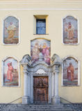 Kirchenfassade in Ponte di Legno, Italien Lizenzfreies Stockfoto
