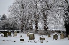 Kirchenfriedhof im Schnee Stockbild