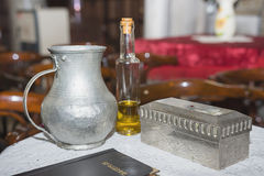 Kirchengerät am Tisch, Glans, die Bibel auf dem Tisch, Zeremonie von verschiedenen Gegenständen der Wassertaufe brauchte für Tauf lizenzfreie stockbilder
