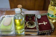 Kirchengeräte am Altar, Glans, Zeremonie der Wassertaufe, verschiedene Gegenstände benötigt für Taufetaufe - Öl, Seife, scissor lizenzfreies stockbild
